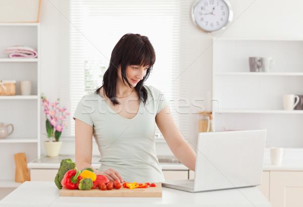 Boa aparência morena mulher relaxante laptop em pé Foto stock © wavebreak_media