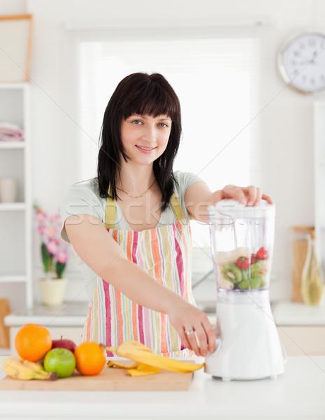 Belle brunette femme mixeur permanent cuisine Photo stock © wavebreak_media