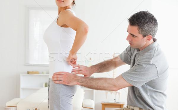 Chiropraxie onderzoeken charmant Maakt een reservekopie kamer hand Stockfoto © wavebreak_media