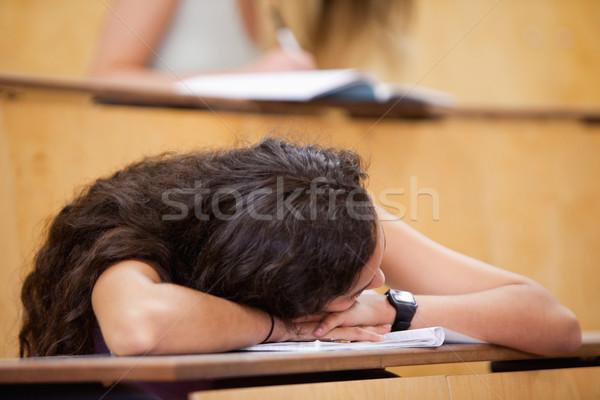 студент спальный столе амфитеатр счастливым карандашом Сток-фото © wavebreak_media