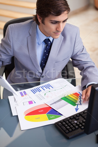 Jonge zakenman statistiek computer papier pen Stockfoto © wavebreak_media