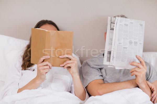 женщину чтение книга газета спальня Сток-фото © wavebreak_media