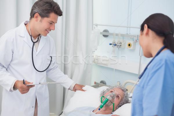 Orvos beszél beteg kórház férfi szoba Stock fotó © wavebreak_media