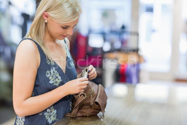 Kadın bakıyor çanta giyim depolamak el Stok fotoğraf © wavebreak_media