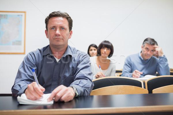 Volwassen studenten luisteren schrijven klas werk onderwijs Stockfoto © wavebreak_media