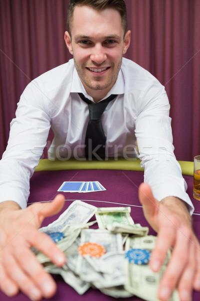 Feliz hombre póquer mesa toma casino Foto stock © wavebreak_media