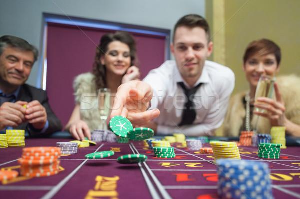 Uomo chip giù roulette tavola Foto d'archivio © wavebreak_media