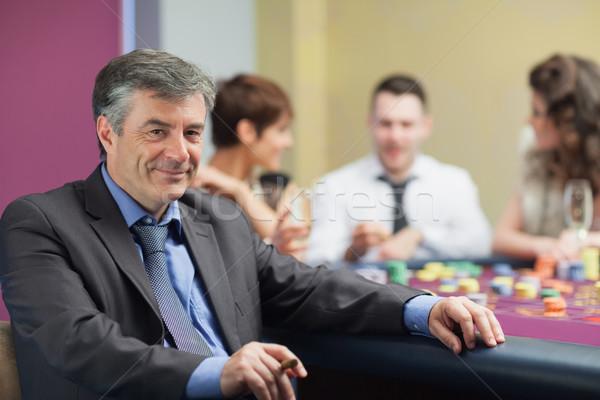Férfi szivar elvesz törik rulett asztal Stock fotó © wavebreak_media