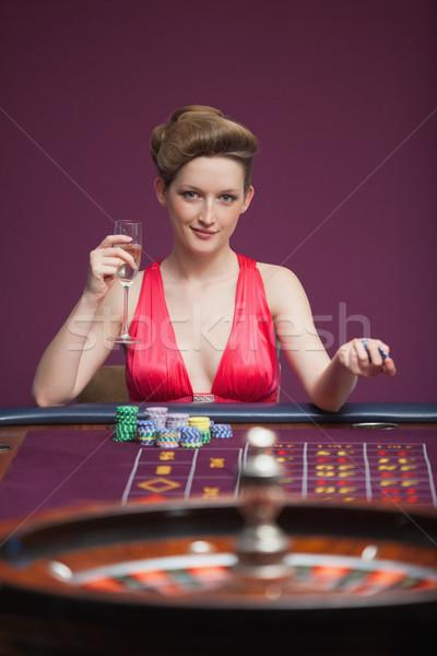 Donna giocare roulette seduta tavola bere Foto d'archivio © wavebreak_media