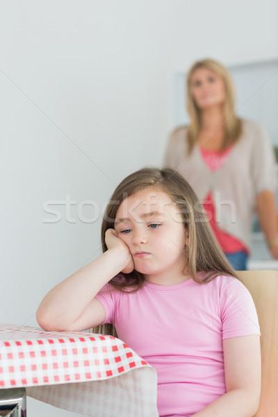 Meisje vergadering naar keukentafel moeder vrouw Stockfoto © wavebreak_media