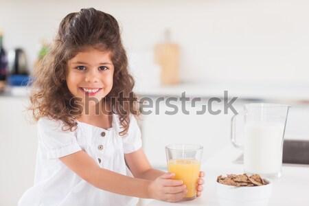 портрет женщину предлагающий апельсиновый сок улыбающаяся женщина кухне Сток-фото © wavebreak_media