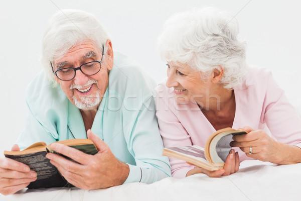 Boldog férj feleség olvas ágy idős Stock fotó © wavebreak_media
