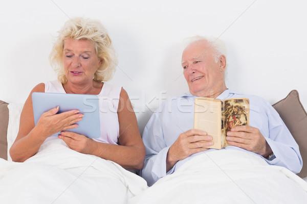 Yaşlı çift okuma tablet yatak kadın ev Stok fotoğraf © wavebreak_media