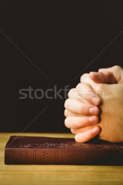 человека молиться Библии деревянный стол книга молитвы Сток-фото © wavebreak_media