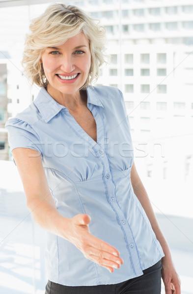 Portret elegante zakenvrouw aanbieden handdruk heldere Stockfoto © wavebreak_media