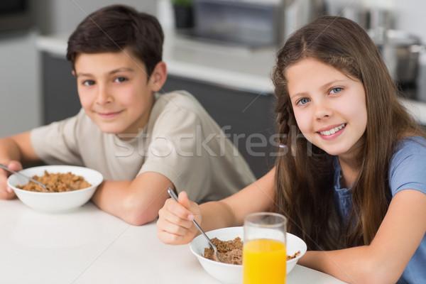 Sonriendo jóvenes hermanos desayuno cocina Foto stock © wavebreak_media