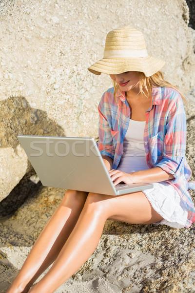 довольно блондинка используя ноутбук пляж компьютер Сток-фото © wavebreak_media
