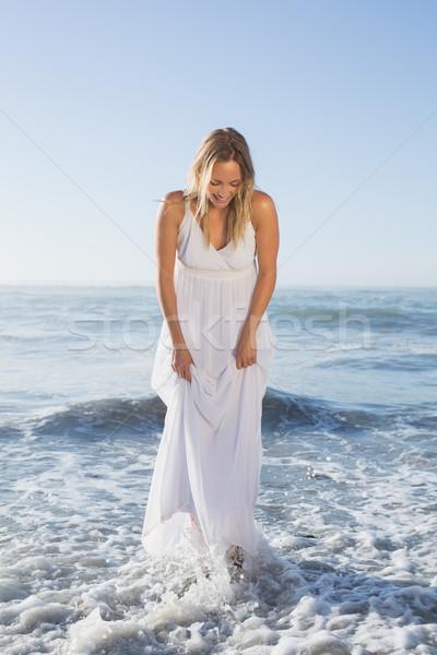 Csinos szőke nő áll tenger tengerpart fehér Stock fotó © wavebreak_media
