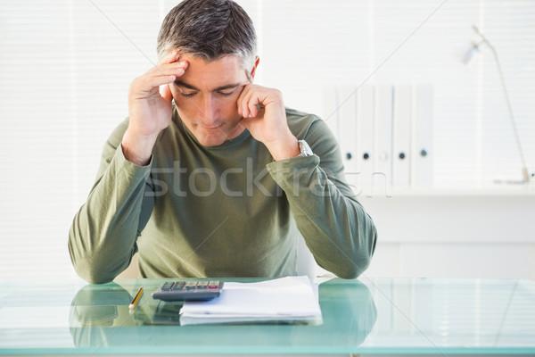 Concentrado hombre cuenta oficina manos de trabajo Foto stock © wavebreak_media
