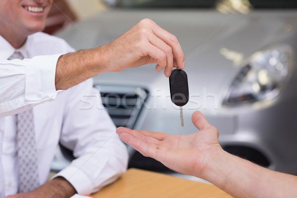 セールスマン 顧客 車のキー 新しい車 ショールーム 車 ストックフォト © wavebreak_media