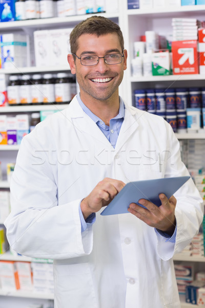 Heureux pharmacien écrit presse-papiers hôpital pharmacie Photo stock © wavebreak_media