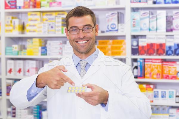 Farmacéutico senalando ampolla hospital farmacia hombre Foto stock © wavebreak_media