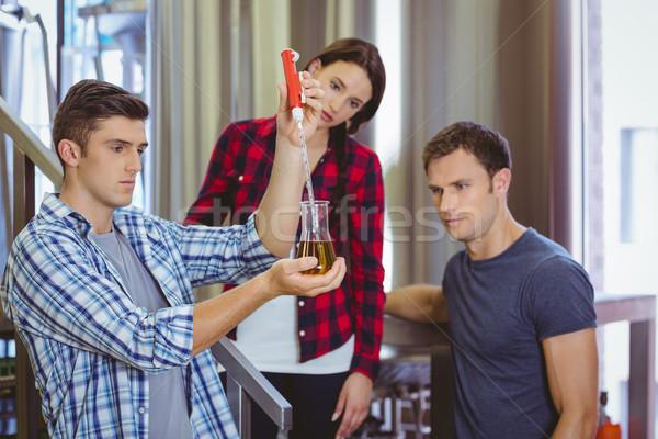 Homme bière bécher heureux industrie Photo stock © wavebreak_media