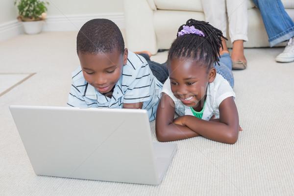 Gelukkig broers en zussen vloer met behulp van laptop home woonkamer Stockfoto © wavebreak_media