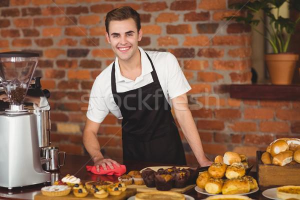Mosolyog barista takarítás pult portré kávéház Stock fotó © wavebreak_media