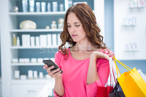 Csinos nő küldés szöveg vásárlás gyógyszertár női Stock fotó © wavebreak_media
