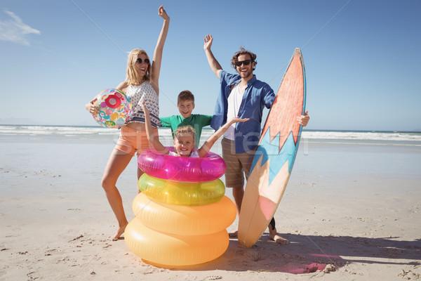 Derűs család karok a magasban tengerpart napos idő víz Stock fotó © wavebreak_media