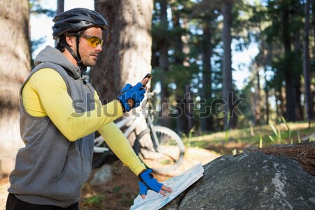 Hombre escrito bloc de notas forestales Foto stock © wavebreak_media