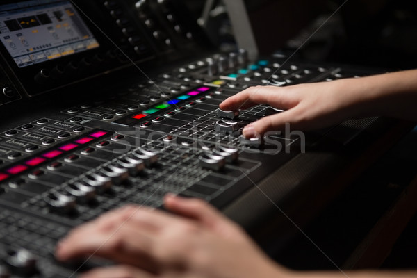 Mains Homme audio ingénieur sonores mixeur Photo stock © wavebreak_media