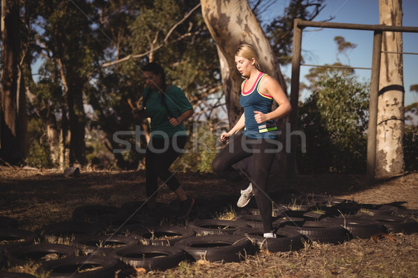 Barátok fut akadályfutás csizma tábor nő Stock fotó © wavebreak_media