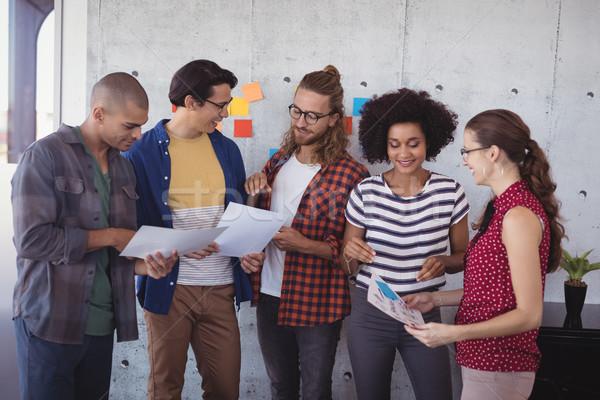 Zakenlieden discussie creatieve kantoor groep business Stockfoto © wavebreak_media