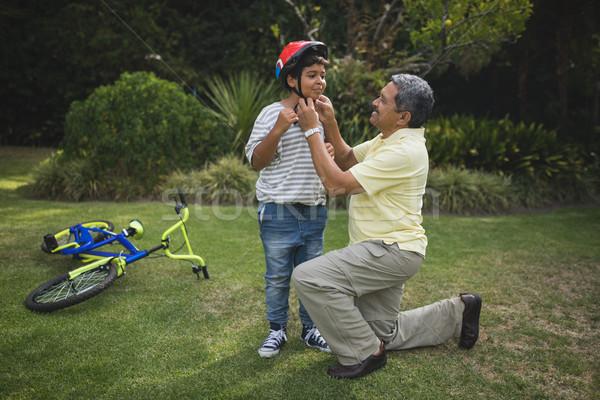 Dziadek pomoc wnuk rower kask Zdjęcia stock © wavebreak_media