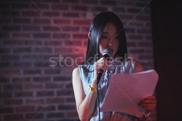 Női olvas papír előad éjszakai klub zene Stock fotó © wavebreak_media