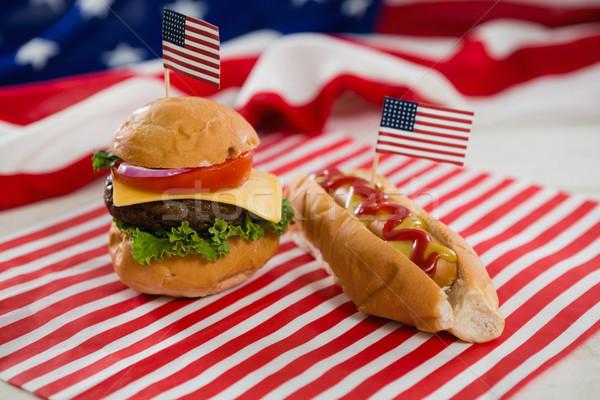 Drapeau américain hot dog Burger table en bois alimentaire Photo stock © wavebreak_media
