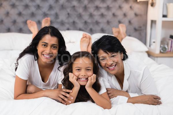 Portret wesoły rodziny bed domu dziewczyna Zdjęcia stock © wavebreak_media