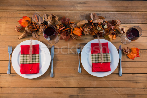 Vue servi plaque table en bois table rouge Photo stock © wavebreak_media