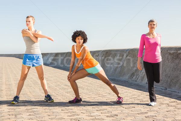 スポーティー 女性 ストレッチング 一緒に 遊歩道 女性 ストックフォト © wavebreak_media