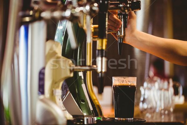Main barman bière bar contre homme Photo stock © wavebreak_media