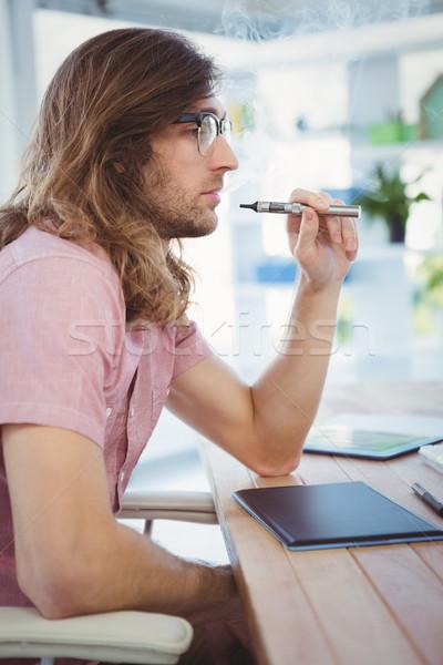 Hipszter dohányzás elektronikus cigaretta asztal iroda Stock fotó © wavebreak_media