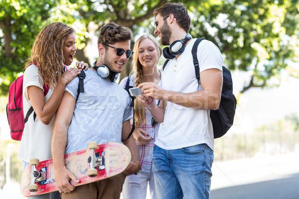 Csípő barátok néz okostelefon nevet város Stock fotó © wavebreak_media