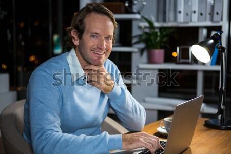 Sorridente garçom coquetel bar contrariar retrato Foto stock © wavebreak_media