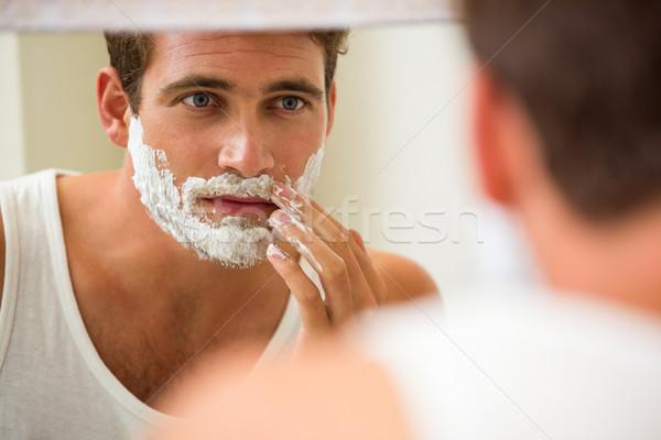 Om spuma baie oglindă acasă Imagine de stoc © wavebreak_media