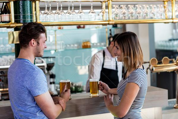 Paar glimlachend bier counter zijaanzicht bar Stockfoto © wavebreak_media