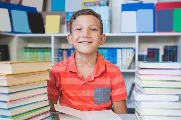 écolier séance table lecture livre bibliothèque Photo stock © wavebreak_media