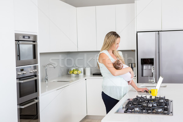 母親 ラップトップを使用して 赤ちゃん キッチン ホーム ストックフォト © wavebreak_media