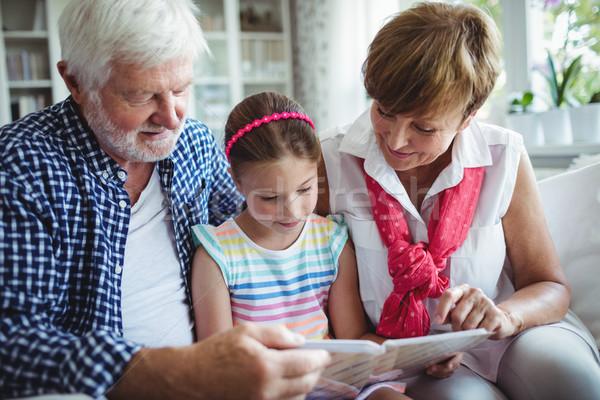 дедушка и бабушка дочь глядя гостиной домой Сток-фото © wavebreak_media